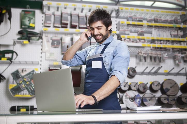 dueño de negocio usando un sistema de punto de venta